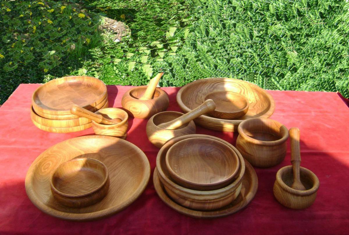 деревянная посуда на столе