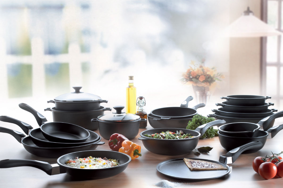 Набор сковородок на кухне