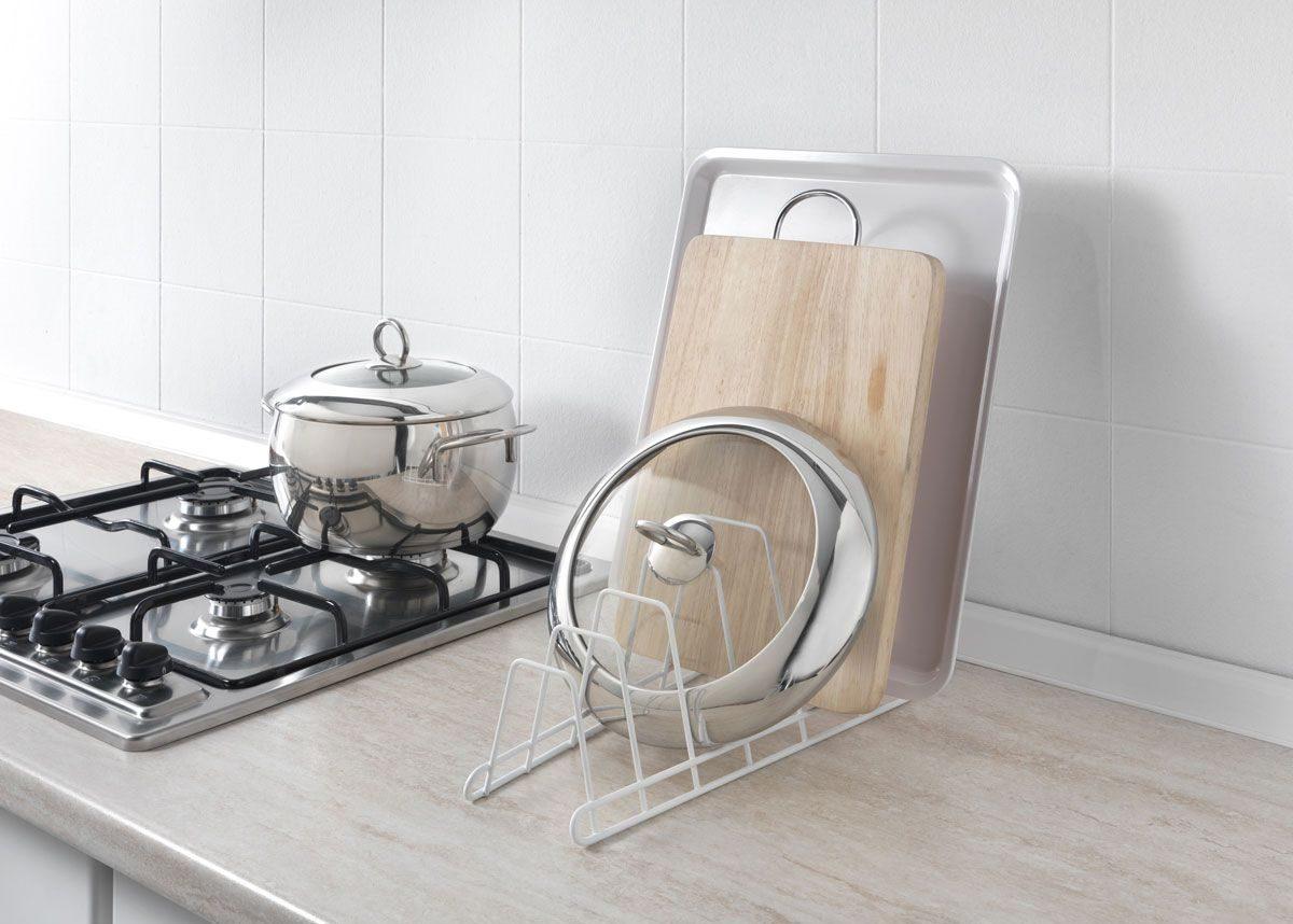 подставка с крышкой возле плиты
