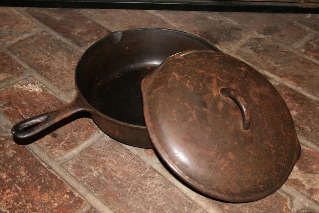 чугунная сковорода со ржавчиной