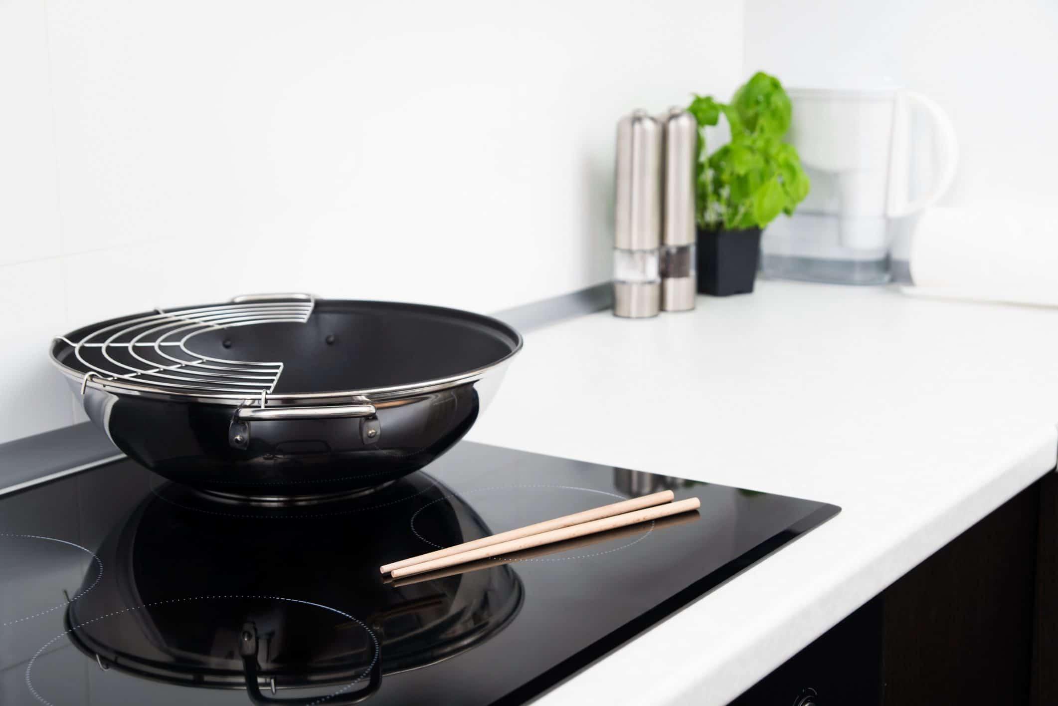 Фото сковороды Вок на плите