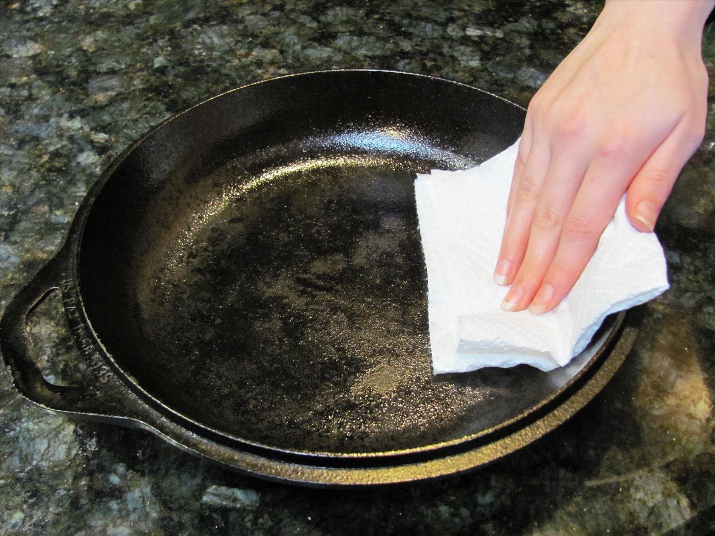сковорода чугунная с маслом