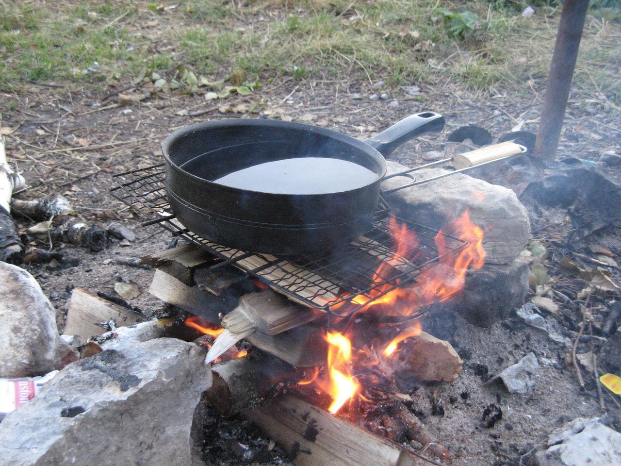 сковорода над костром