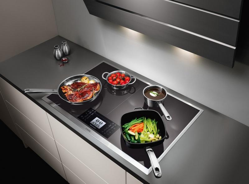 Стеклокерамическая плита с посудой