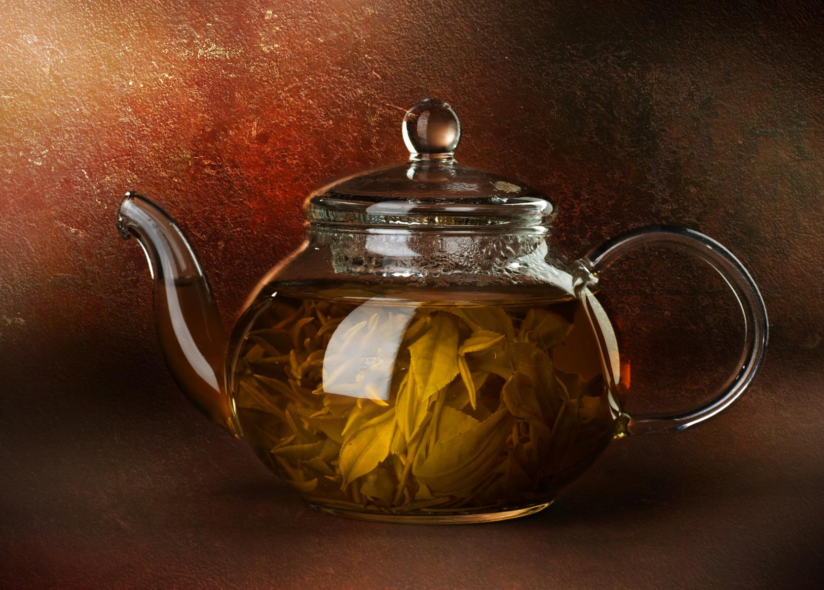 Стеклянный заварник с чаем