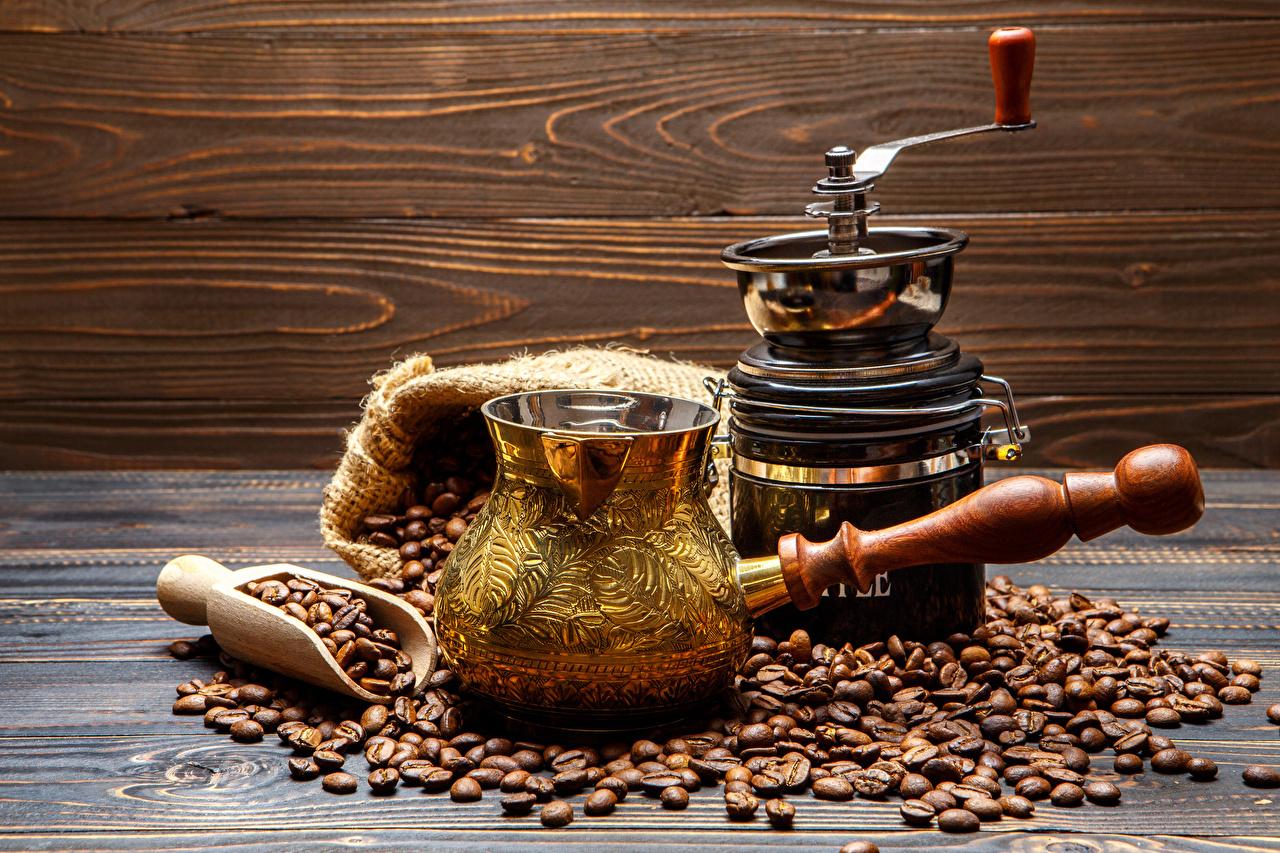 турка с кофе на столе