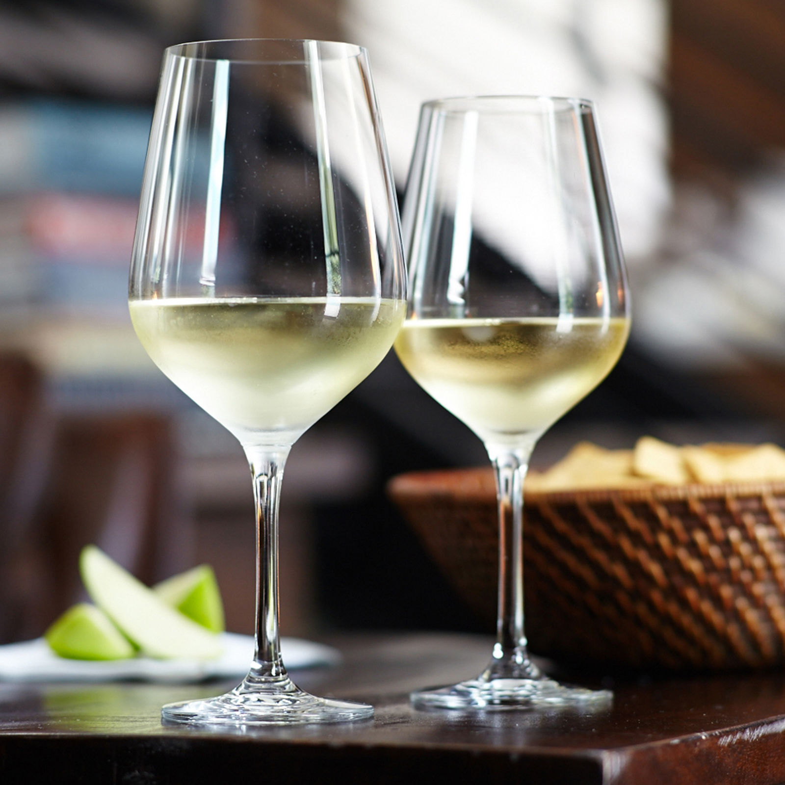 бокалы с белым вином фото