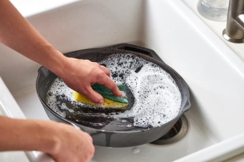 чистка сковороды варианты