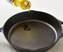 чугунная сковорода с маслом