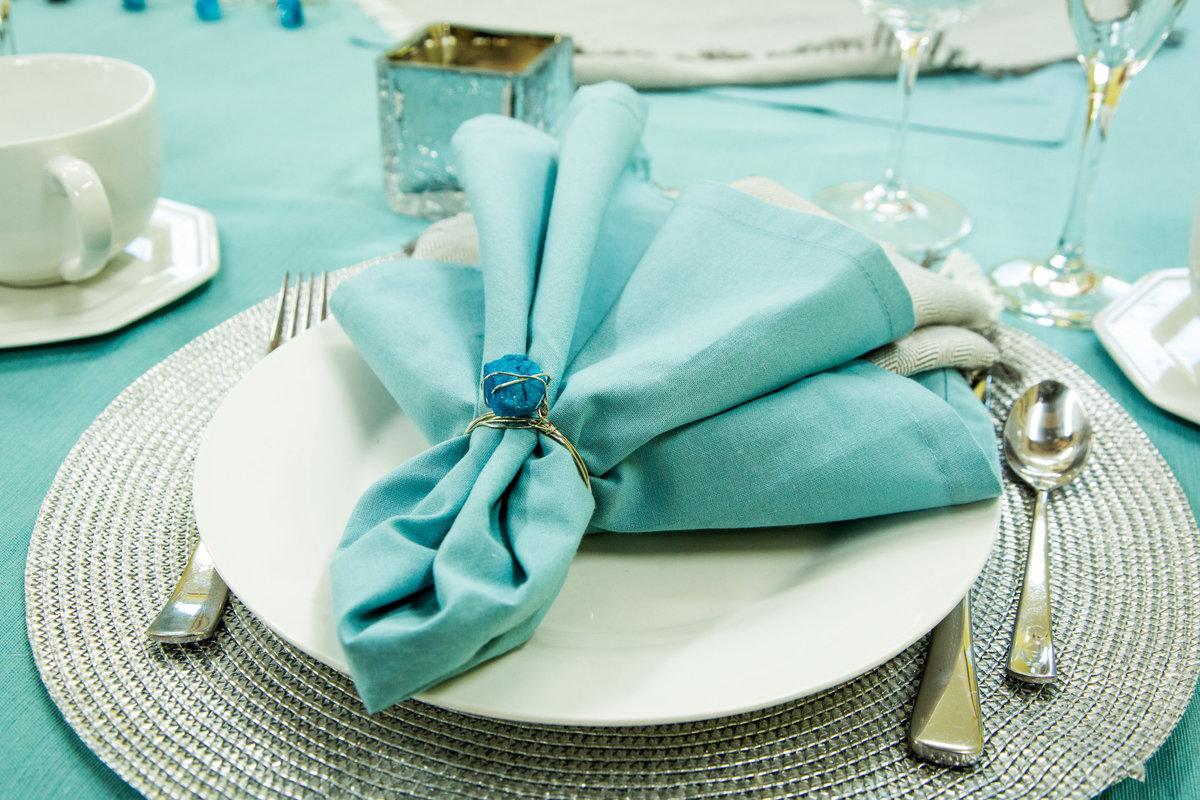 голубая салфетка на тарелке