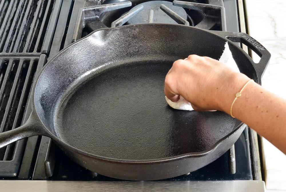 как прокалить чугунную сковороду