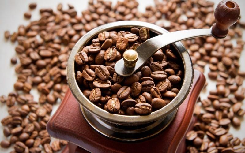 кофемолка с кофе