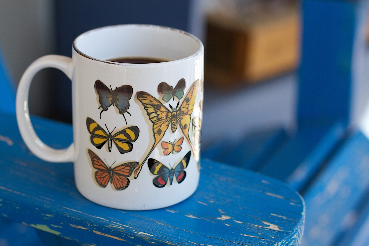 керамическая кружка с бабочками