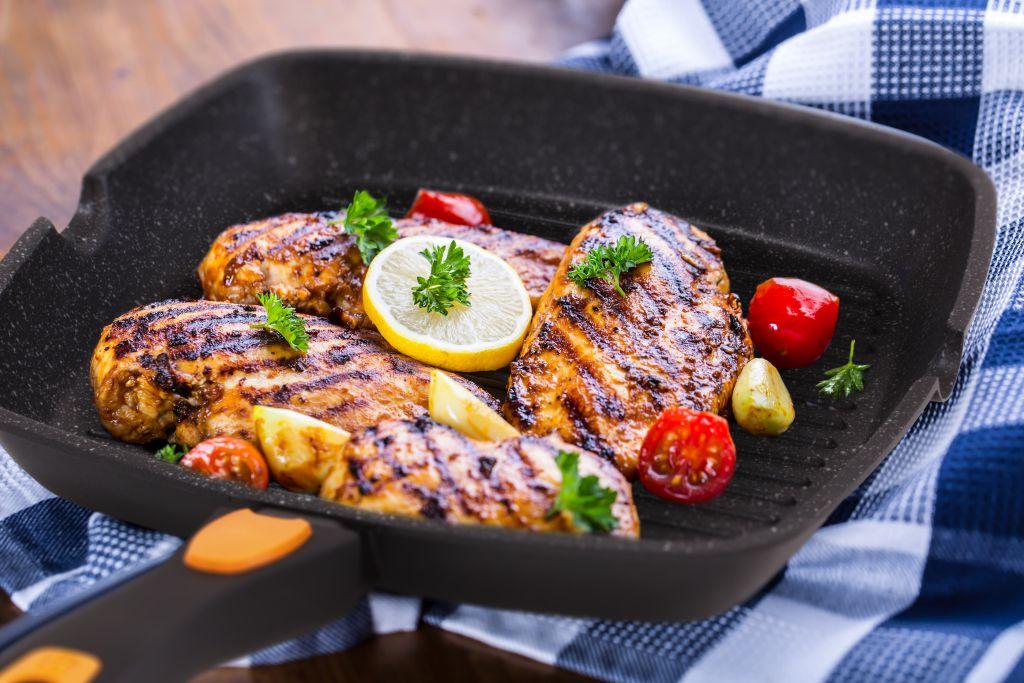 мясо в мраморной сковороде гриль
