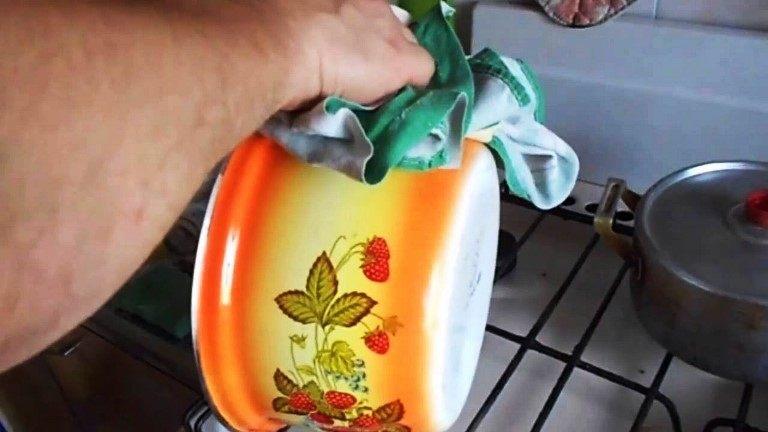 чистка эмалированной кастрюли