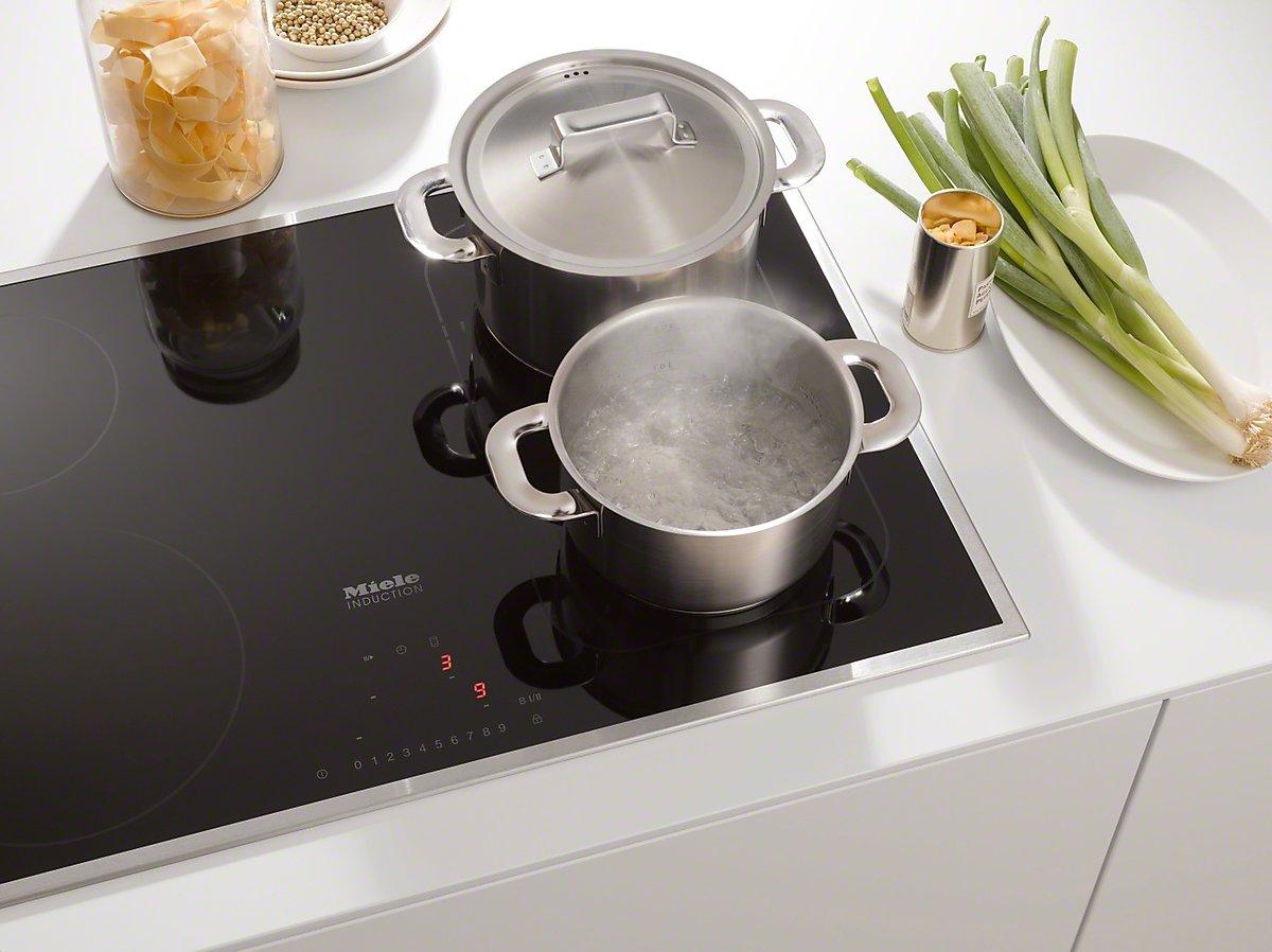 индукционная плита с посудой