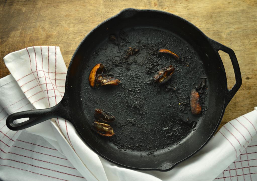 пригорает чугунная сковорода