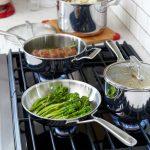 сковорода из нержавеющей стали на плите