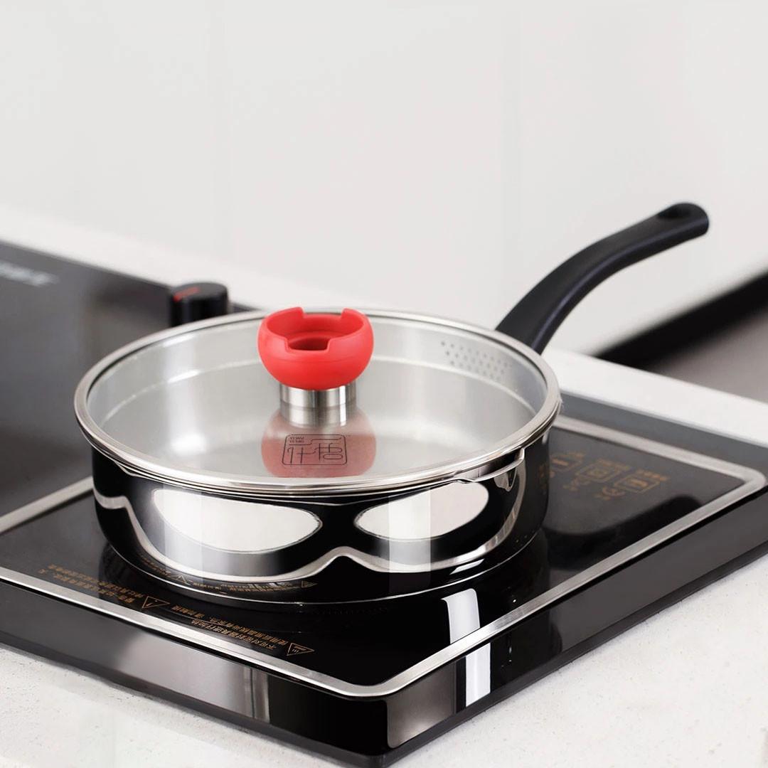 стальная сковорода на плите