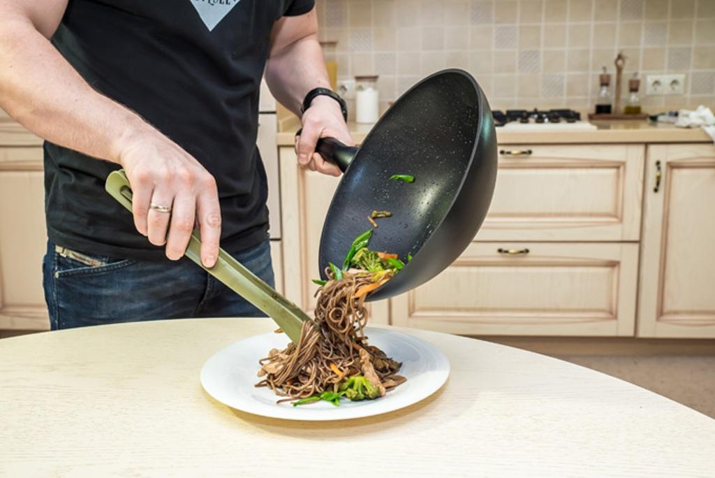 сковороды вок на кухне