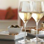 белое вино в бокалах