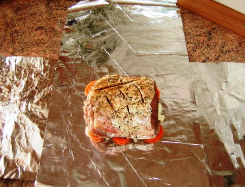 завернуть мясо в фольгу для запекания