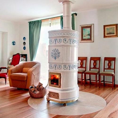 Керамические печи-камины с элементами лепнины. Подобные конструкции часто можно наблюдать в гостиных с мягкой мебелью пастельных оттенков.