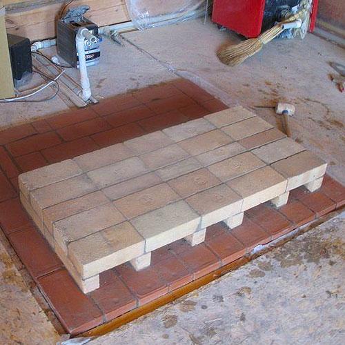 <p><b>Основание</b><p> Это огнеупорный фундамент, на котором стоит камин. Материал основания подбирают с учетом габаритов конструкции.