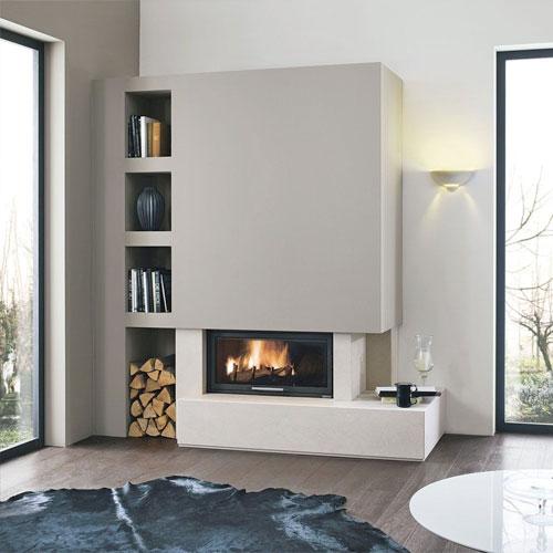 <p><b>Модерн</b><p> Стилю присущи минимализм и практичность, поэтому камин можно разместить в жилищах с дизайном хай-тек, лофт, ар-нуво и т.п. Форма конструкции – небольшой прямоугольник. Дымоход маскируют навесом или «утапливают» в стене. Топку закрывают стеклянной панелью или оставляют открытой.