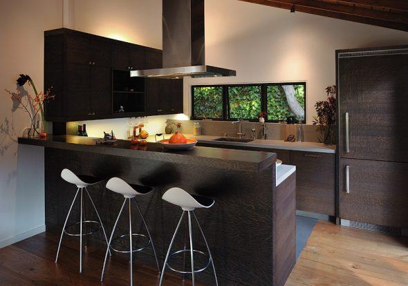 барная стойка со стульями на кухне