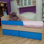универсальная кровать с бортиками в детскую