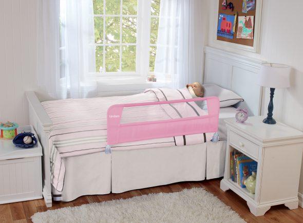 белая детская кровать с бортиком