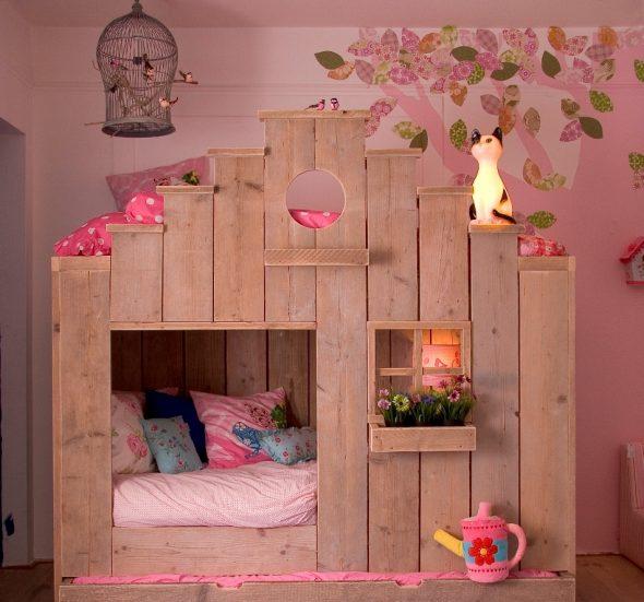 кровать домик из массива джерева