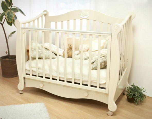 детская кроватка классическая