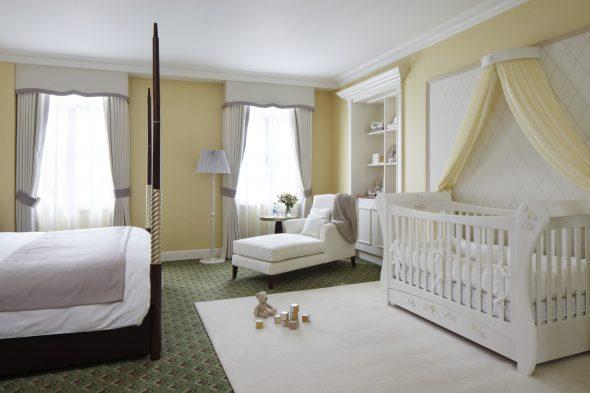 детская кроватка светлая