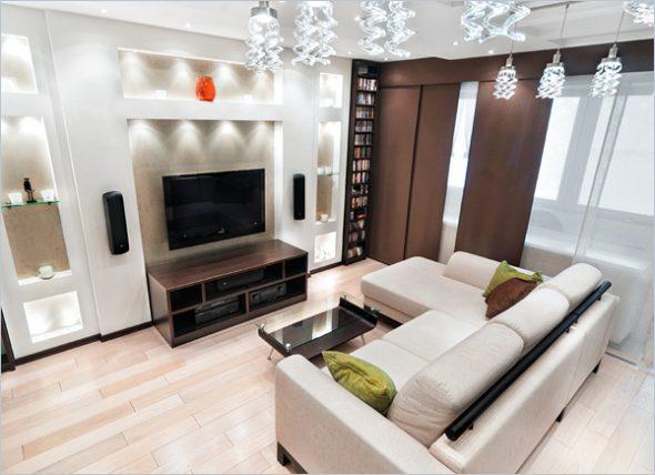 диван посередине комнаты