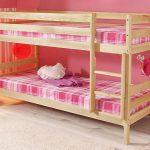 деревянная кровать в детской