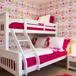 белая двухъярусная кровать в детской девочек