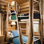 двухъярусная кровать у дерева