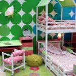 двухъярусная кровать в яркой комнате