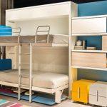 Двухъярусная откидная кровать в детской