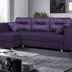 фиолетовый диван уголок с подушками