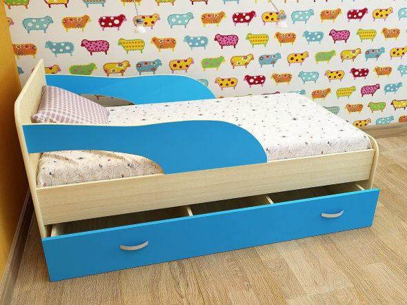 кровать с синими бортиками в детскую