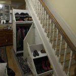 одежда и обувь под лестницей