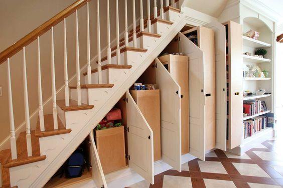 удобные шкафы под лестницей