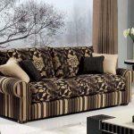 красивый диван с цветочным принтом
