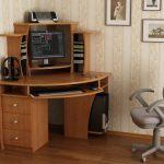 кресло компьютерное у стола серое