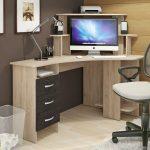 кресло компьютерное у стола удобное