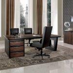 черное офисное кресло