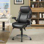 кожаное кресло в кабинете